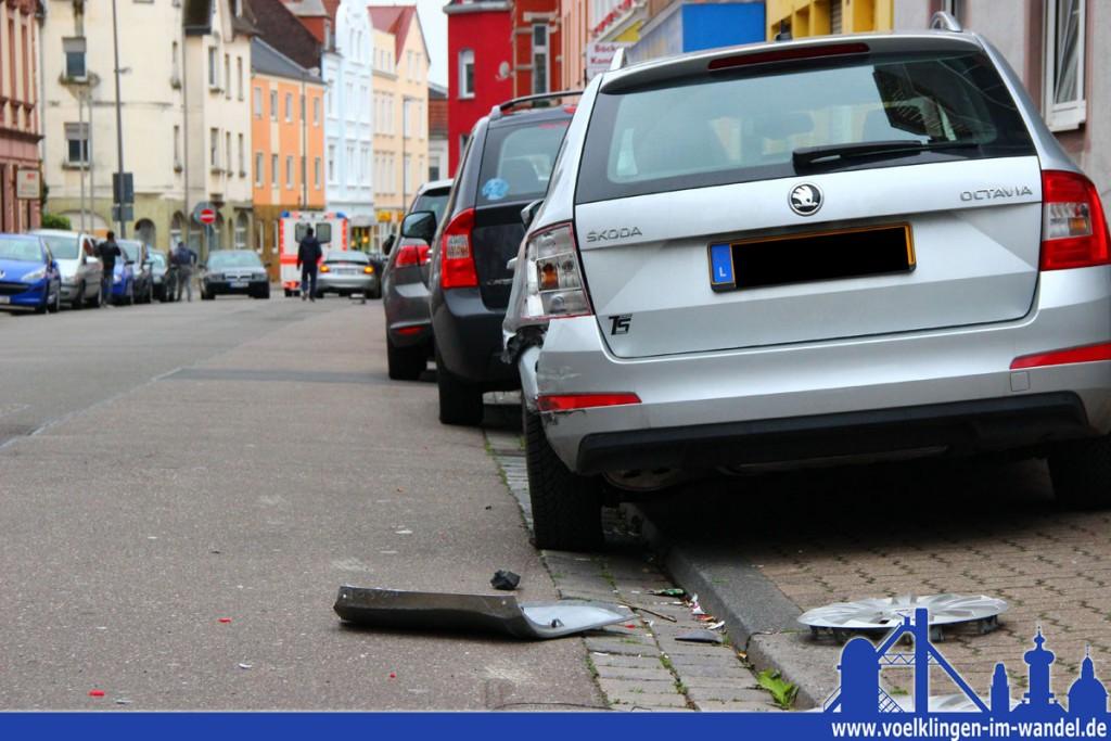 Eine Schneise der Verwüstung: Auf einer Strecke von einem gesamten Straßem Block rammte der Mann vier PKW (Foto: Hell)