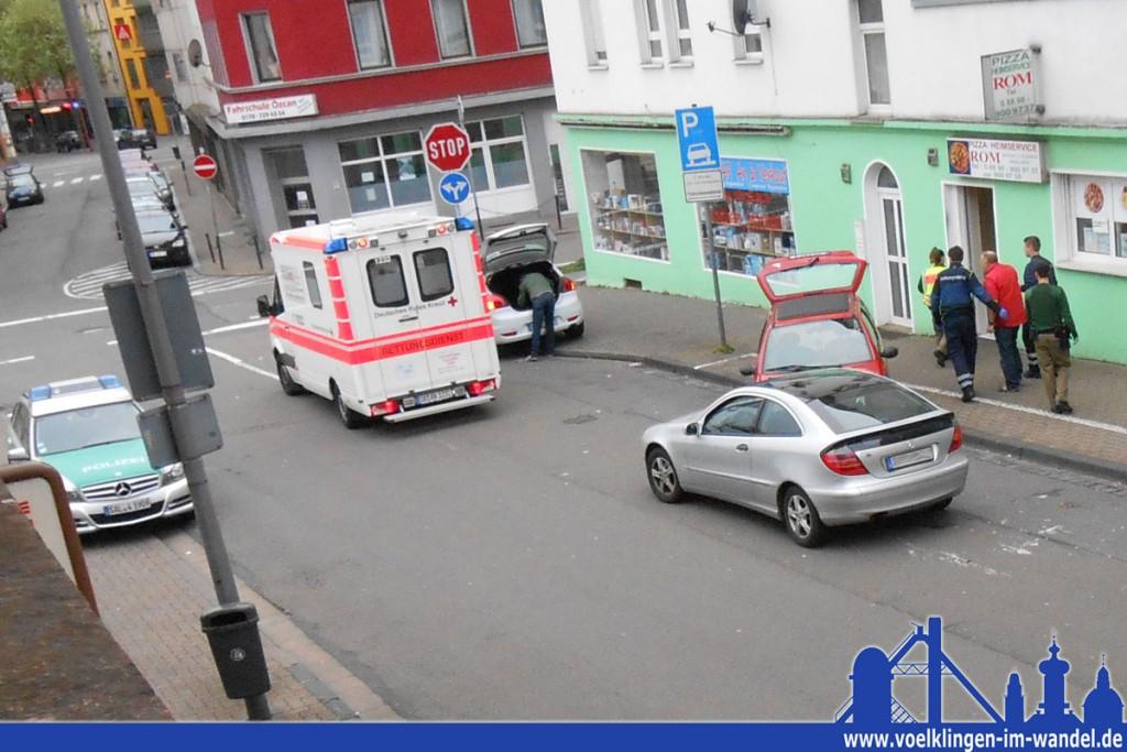 Der offensichtlich geschwächte Unfallverursacher wird zum Rettungswagen gebracht (Foto: Hell)