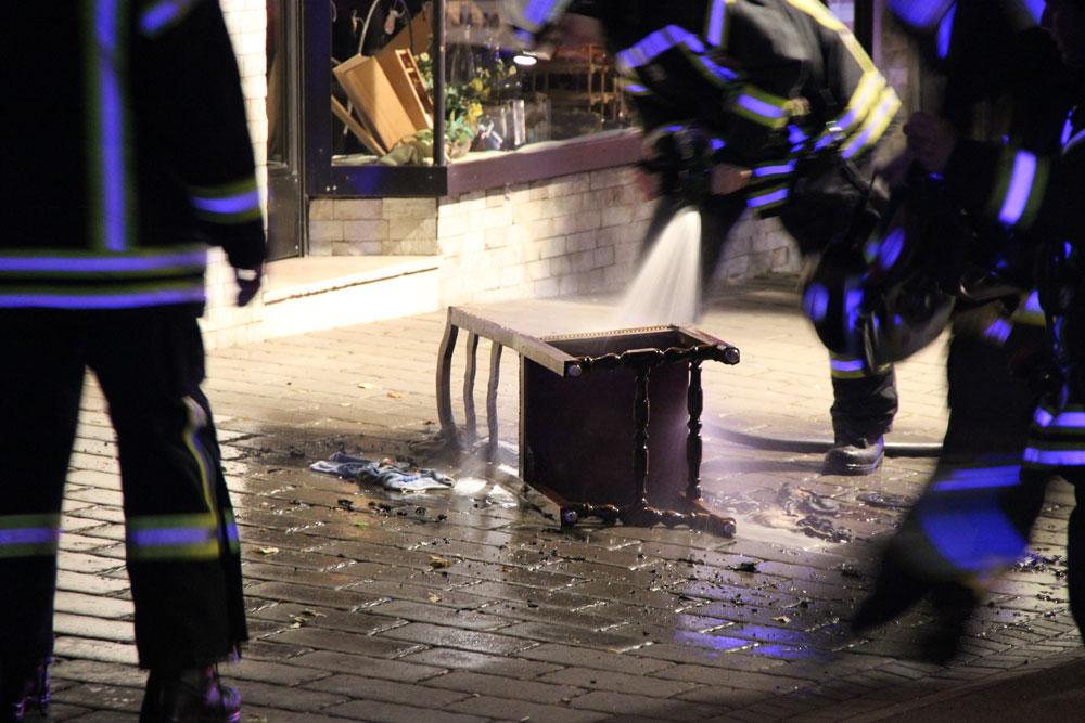 Die Feuerwehr löscht den Qualmenden Stuhl ab (Foto: Hell)