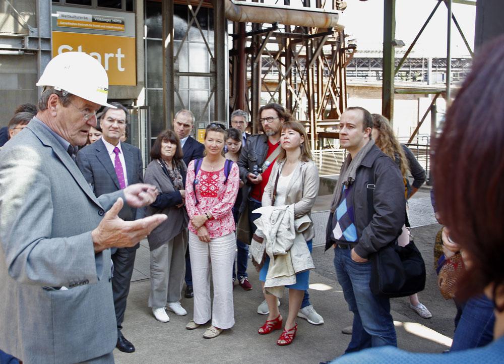 Romain Dal Ferro (links, mit Helm) führt französische Reise-Experten durch das UNESCO-Weltkulturerbe Völklinger Hütte Copyright: Weltkulturerbe Völklinger Hütte/Karl Heinrich Veith