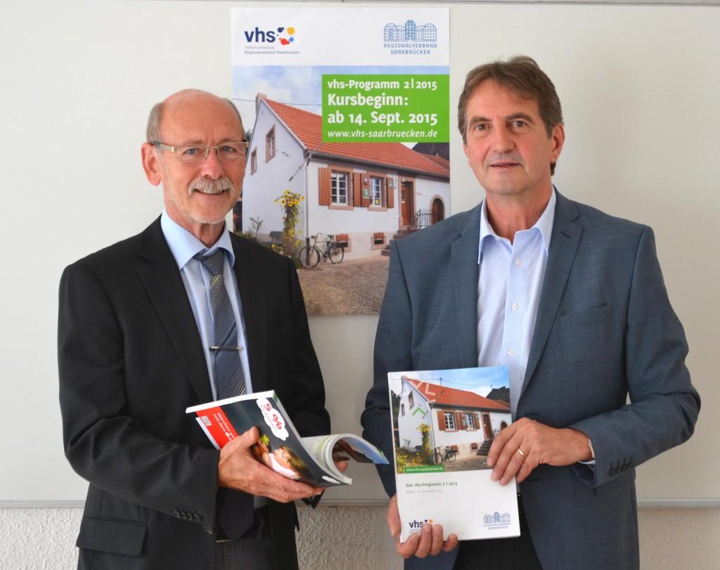 Regionalverbandsbeigeordneter Manfred Paschnitz (l) und vhs-Direktor Wilfried Schmidt (r) mit dem neuen vhs-Programm