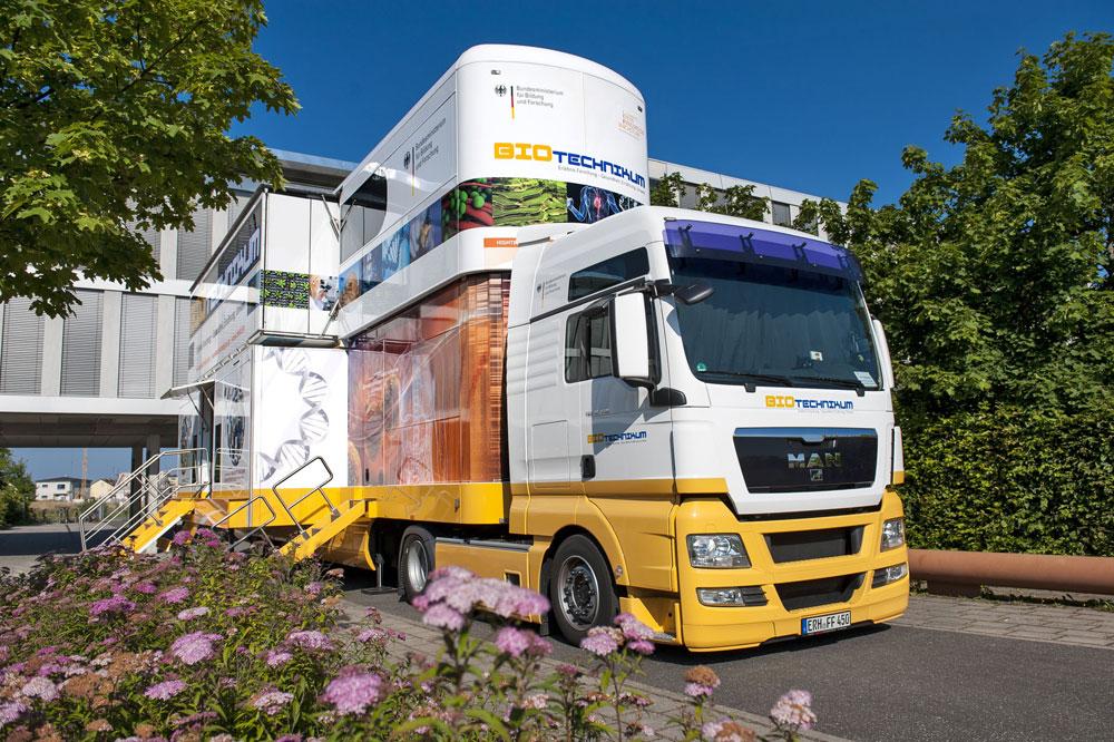 """Im Mittelpunkt der BMBF-Initiative """"BIOTechnikum: Erlebnis Forschung – Gesundheit, Ernährung, Umwelt"""" steht die mobile Erlebniswelt BIOTechnikum: ein doppelstöckiger Truck, der Raum eröffnet für Wissenschaft zum Anfassen und den Dialog über die Biotechnologie."""
