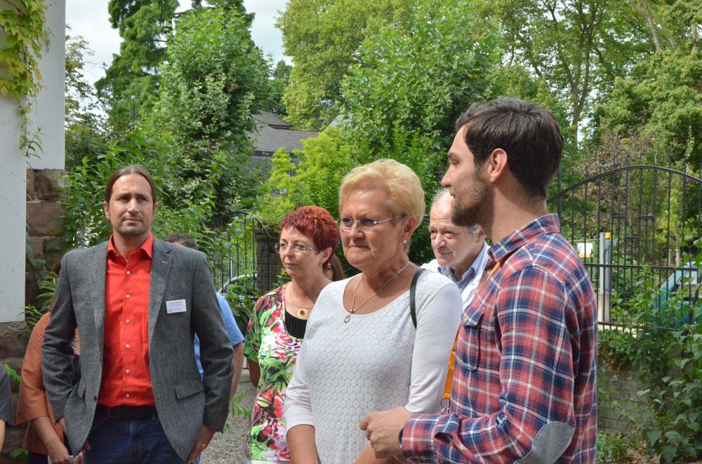 Die Ministerin besichtigt den Garten (Foto: Globus)