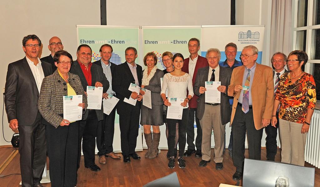 BU:11 Bürgerinnen und Bürger erhielten ihre Ehrenamtskarte direkt aus den Händen von Regionalverbandsdirektor Peter Gillo (l.) und Dezernent Arnold Jungmann (2.v.r.), daneben Dirk Sold (2.v.l.) und Marianne Hurth (r.) von der Ehrenamtsbörse des Regionalverbandes, Foto: Christof Kiefer