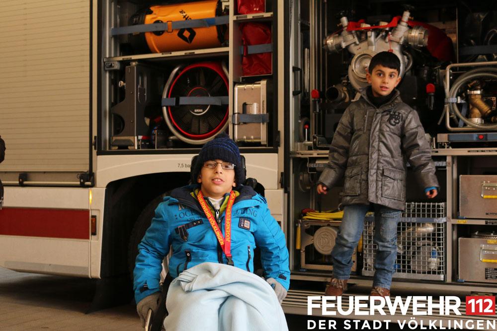 Ali, seinen Bruder und seine Krankenschwester durften die Völklinger Feuerwehr besichtigen (Foto: FFW VKL)