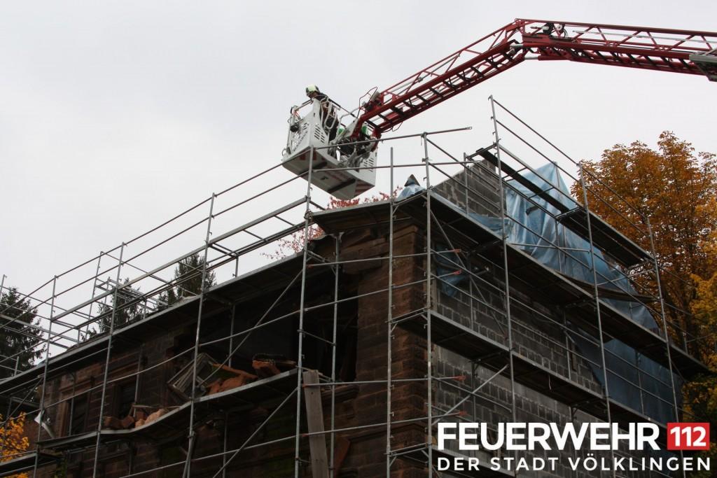 In Köllerbach ist die Fassade eines Hauses eingebrochen, auch die Feuerwehr Völklingen hilft bei der Suche nach Verschütteten. (Foto: FFW)