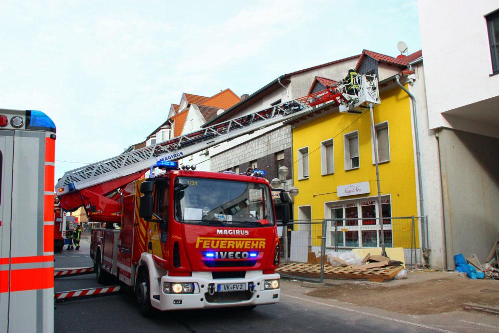 Die Feuerwehr musste wegen eines engen Treppenhauses eine Person über die Drehleiter retten (Foto: Hell)