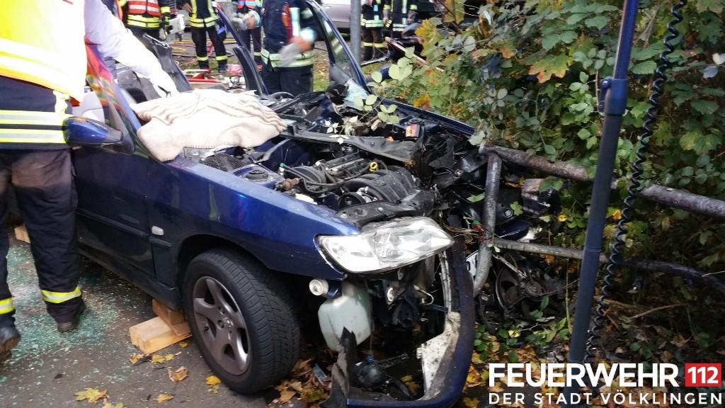 Das Dach des Fahrzeugs musste von der Feuerwehr abgeschnitten werden, um den Fahrer bergen zu können (Foto: FFW VKL)