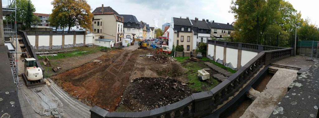 Auf dem Vorplatz zur Moltkestraße wird schwer gearbeitet (Foto: Hell)