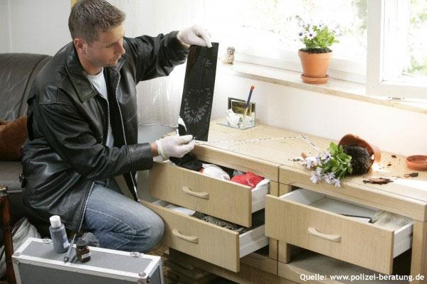 Ein Kriminaltechniker sichert Einbruchsspuren (Symbolfoto; Quelle: www.polizei-beratung.de)