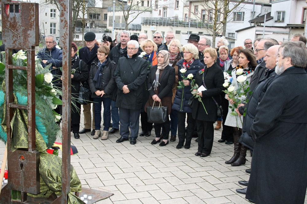 Völklingen gedenkt der Opfer von Paris: Oberbürgermeister legt Kranz nieder