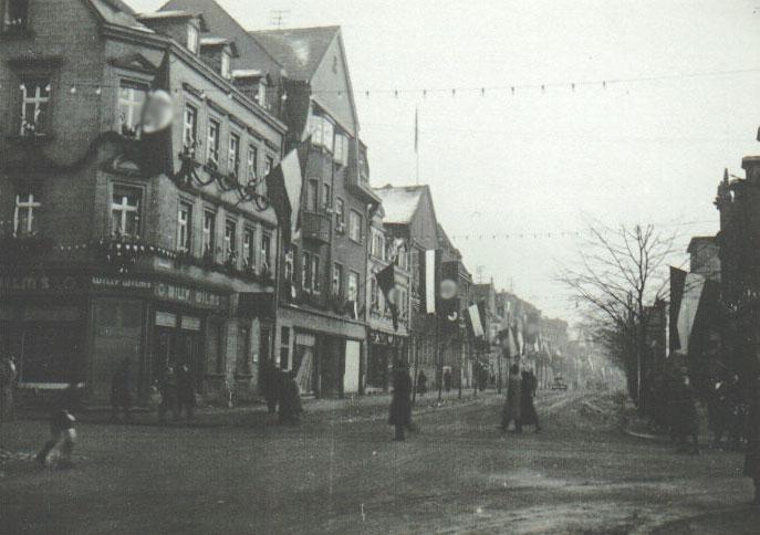 Zu besonderen Anlässen säumten in der NS-Zeit Fahnen auch in Völklingen die Straßen (Sammlung Strempel)