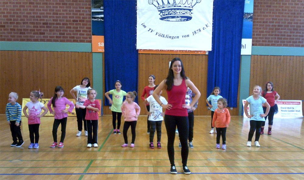 Kinder tanzen mit Übungsleiterin Lisa Schuler (Foto: Verein)