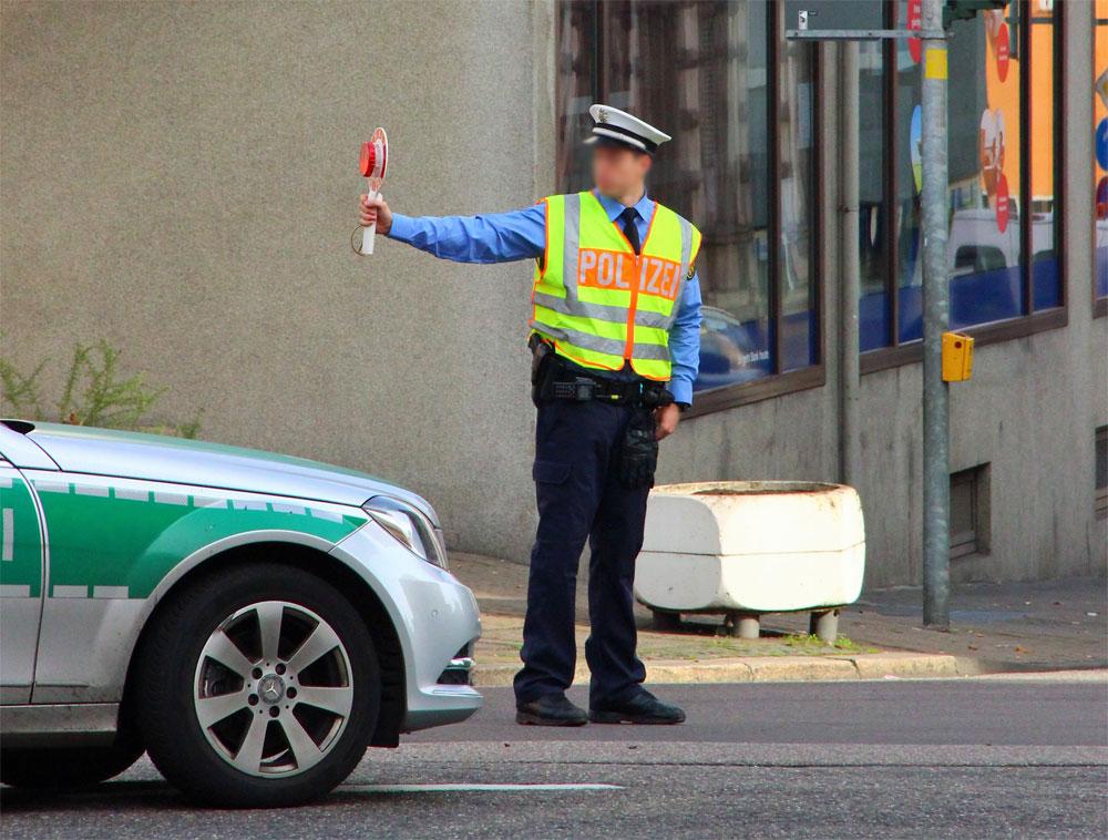 Ein Polizist hält den Verkehr (Symbolfoto: Hell)