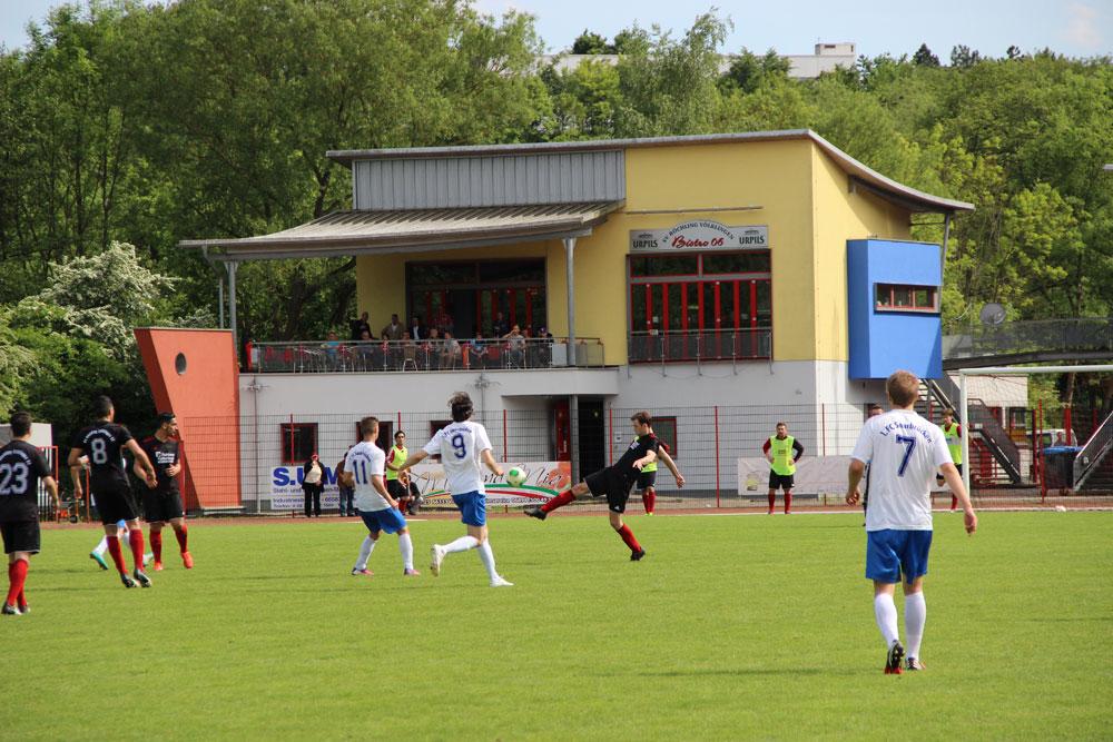 Im Mai 2015 war die 2. Mannschaft des 1.FC Saarbrücken noch zu Gast, wird es für die 1. bald vorrübergehende Heimat? Im Hintergrund der potenzielle VIP-Bereich. (Foto: Hell)
