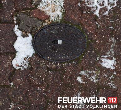 Ein vom Schnee befreiter Hydrant: Zapfstelle auf der Straße, an der die Feuerwehr Wasser entnehmen kann, um Brände zu löschen. (Foto: FFW VKL)