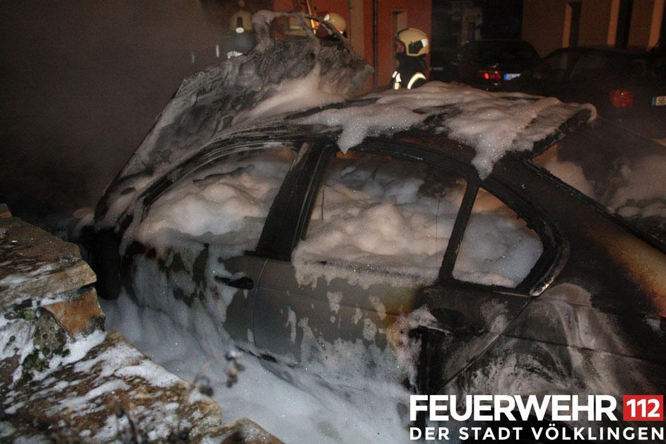 Der PKW wurde mit Schaum gelöscht (Foto: Feuerwehr Völklingen)