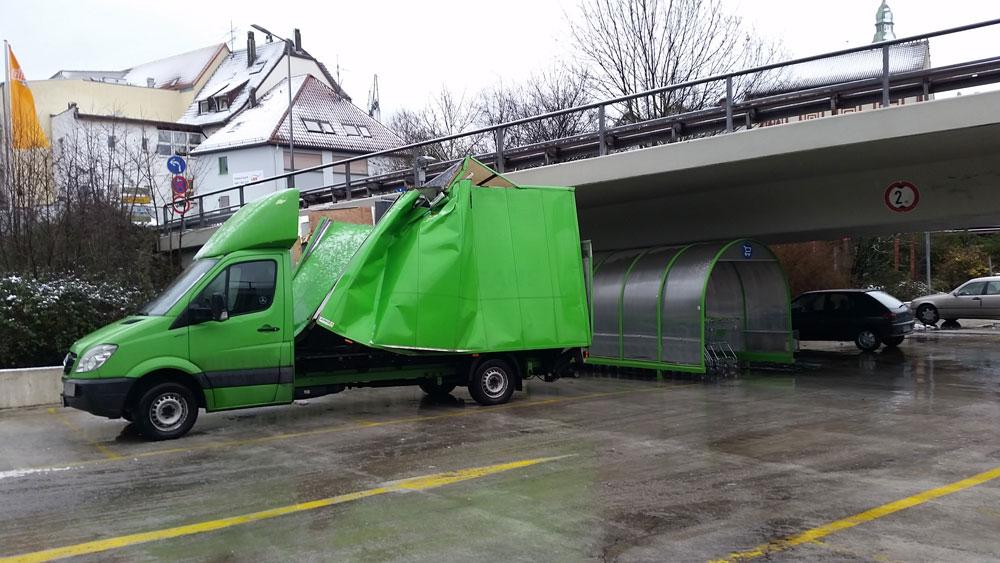 Der grüne Mercedes Sprinter Kastenwagen war zu hoch für die Durchfahrt (Foto: Avenia)