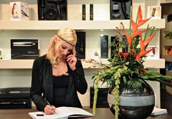 Rezeptionistin Jacqueline Bamberg freut sich auf Ihren Anruf (Foto: Westerkamp)