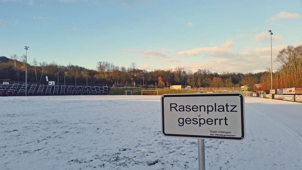 Wegen unbespielbarkeit des Platzes wurde der (Kunst-)Rasen gesperrt. Foto: Hell