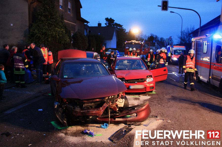 Die beiden Autos haben nur noch Schrottwerd (Foto: Feuerwehr Völklingen)