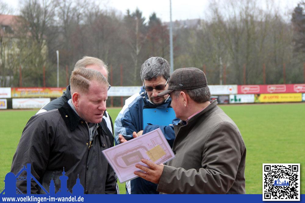 Während der Stadionbegehung zeigt sich auch Milan Šašić (rechts im Bild) zufrieden: Das Völklinger Stadion sei als Ausweichspielstätte vollkommen ausreichend. (Foto: Hell)