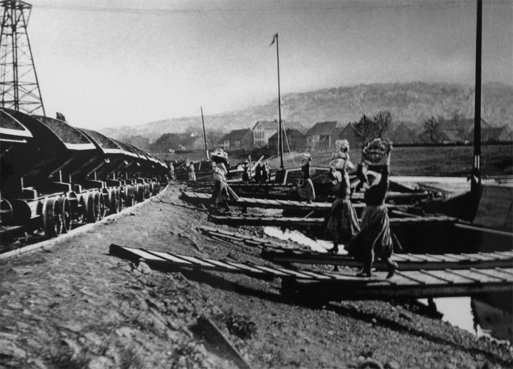 "Frauen, die sogenannten ""Erzengel"" verladen für die Völklinger Hütte Erz in Loren (um 1900) Copyright: Weltkulturerbe Völklinger Hütte/Saarstahl AG"