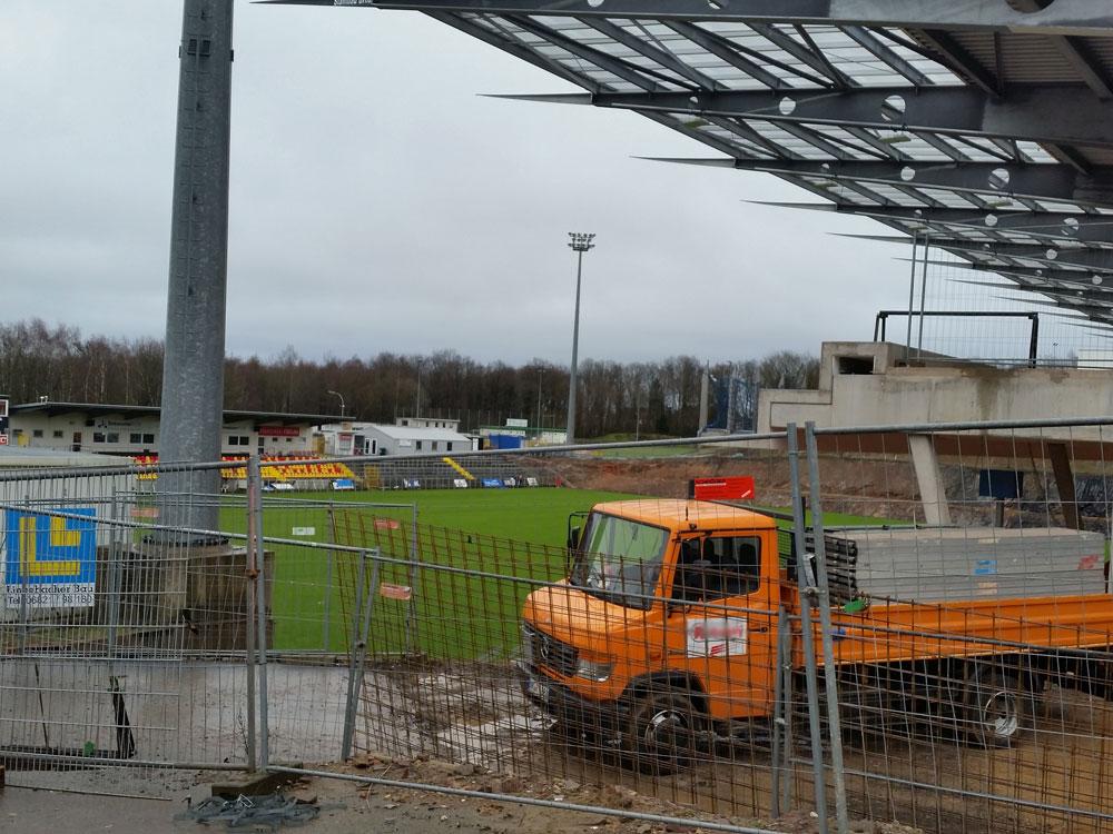 Das Stadion in Elversberg wird aktuell weiter umgebaut, wäre aber danach für die dritte Liga wieder geeignet (Foto: Hell)