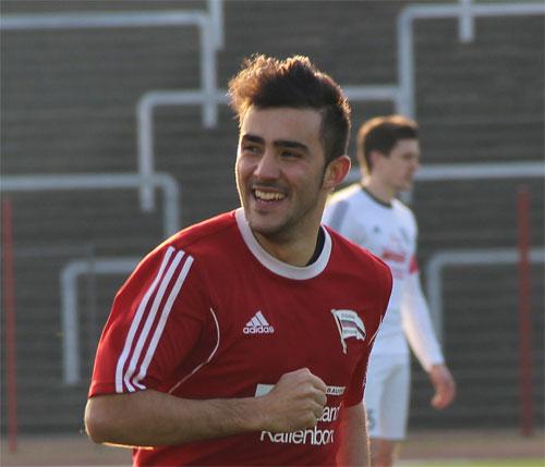 Pascal Stelletta freut sich über seinen Treffer zum 1:0 (Foto: Hell)