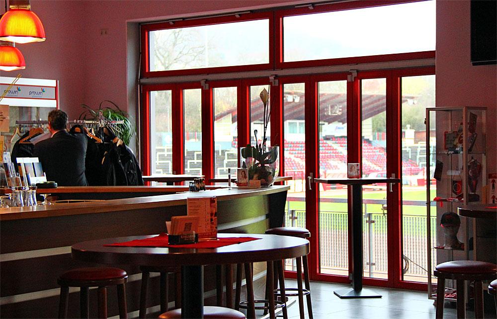 Der Blick durch die Fenster des Club-Heims ins Stadion (Foto: Hell)