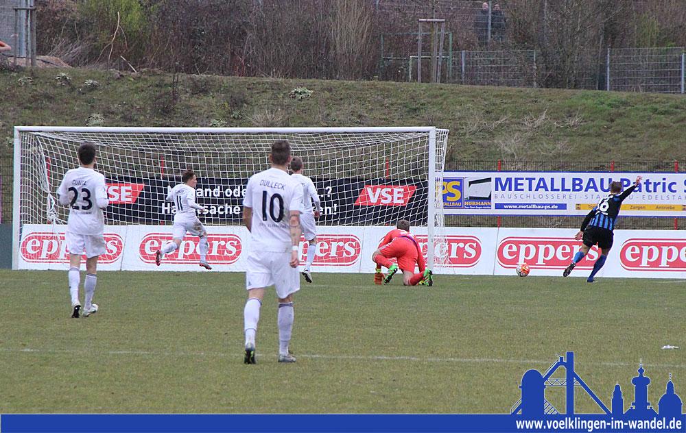 Behrens umrundet den Gästetorwart und trifft zum 2:0 (Foto: Hell)