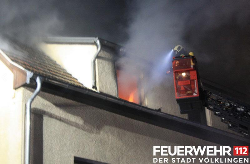 Löscharbeiten von der Drehleiter der Feuerwehr Völklingen (Foto: FFW VK)
