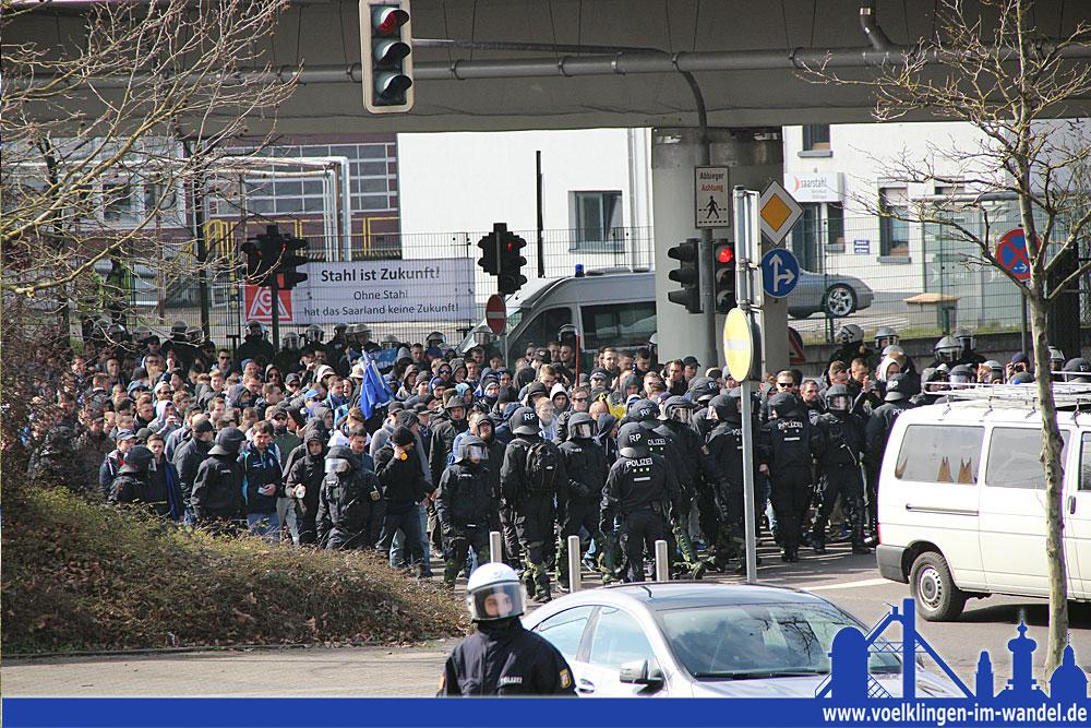 Die Polizei begleitet die Mannheimer Fans zum Stadion (Foto: Hell)