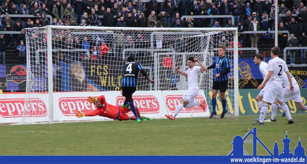 Mendy ist schneller am Ball als die Spieler der SV Elversberg und bringt den 1. FC Saarbrücken in Führung (Foto: Hell)