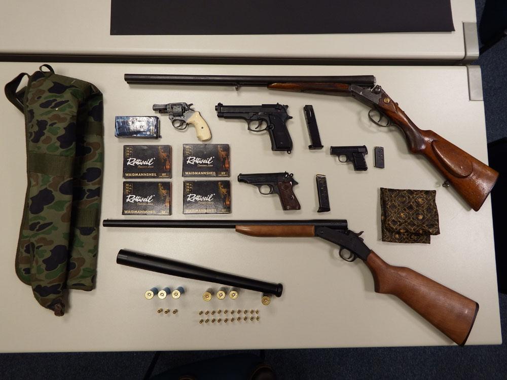 Die Polizisten beschlagnahmten mehrere Kurz- und Langwaffen sowie über 70 Schuss Munition (Foto: Polizei Saarland)