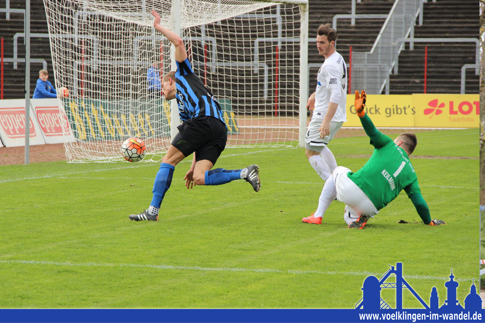 In dieser Szene erreicht Behrens den Ball nicht mehr (Foto: Hell)