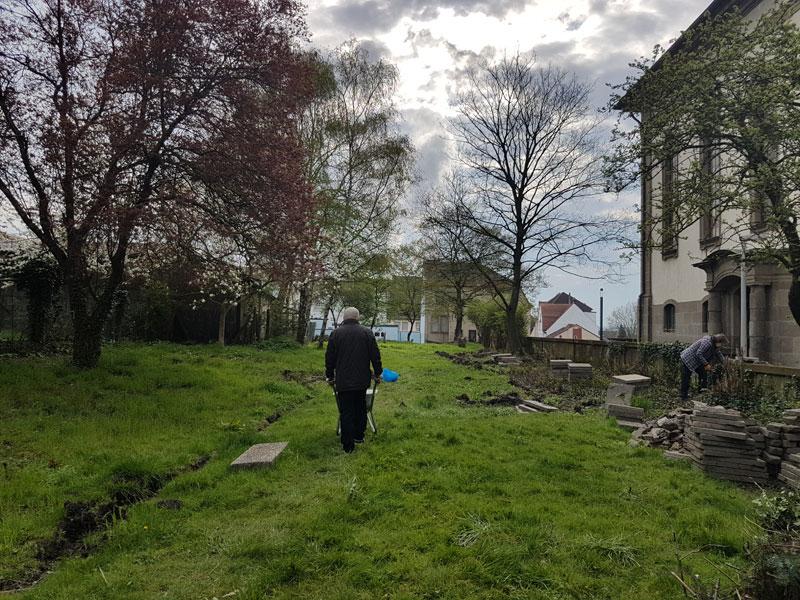 Im Gemeinschaftsgarten neben der Versöhnungskirche wird bereits gerarbeitet (Foto: Hell)