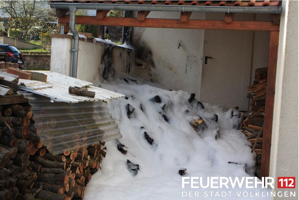 Dieser Holzstapel musste gelöscht werden (Foto: FFW Völklingen)