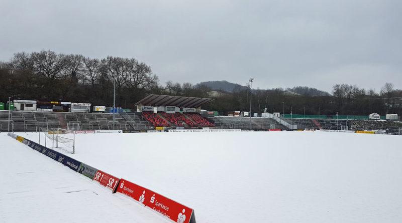 Wegen des Schnees unbespielbar: Der Rasen im Hermann-Neuberger-Stadion (Foto: Hell; Archiv)