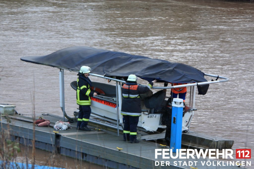 Das Rettungsboot Florian Völklingen 4/97-1 liegt dauerhaft an der Bootsanlegestelle bei Wehrden. Am Mittwoch beschädigte der Sturm das Dach. (Foto: Feuerwehr Völklingen)