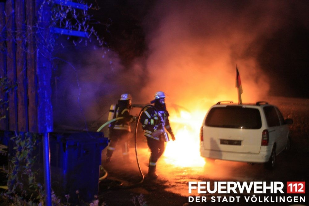 In der Schaffhauser Straße kam es auf einem Parkplatz zum Brand von 3 PKW. Bei Eintreffen der Feuerwehr standen 2 der Fahrzeuge bereits in Vollbrand. Die Einsatzkräfte löschten das Feuer mittels Schaum ab. Ebenso wurde ein seitlicher Angriff mit C-Druckschlauch gefahren, um ein Übergreifen der Flammen auf Bäume in unmittelbarer Nähe zu verhindern. Nach Beendigung der Löscharbeiten wurde die Einsatzstelle an die Polizei übergeben. (Foto: Feuerwehr Völklingen)