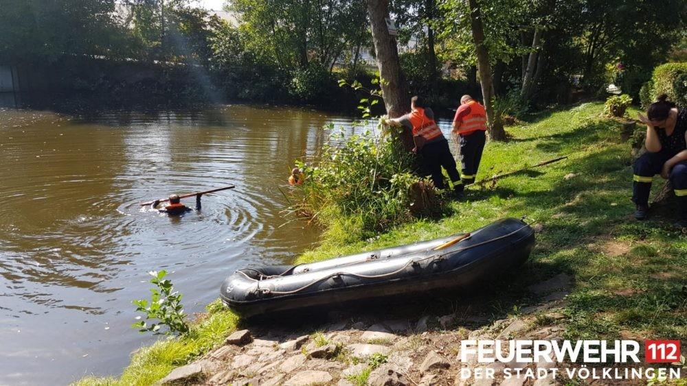Feuerwehr schickt Schwimmretter in den Eisweiher (Foto: Feuerwehr Völklingen)