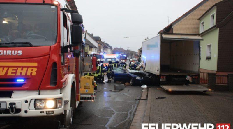 Die Feuerwehr musste mit dem hydraulischen Rettungssatz das Dach des Fahrzeugs abnehmen um den Fahrer aus dem Auto zu befreien. Leider konnte dieser nur noch tot aus seinem PKW geborgen werden. Foto: Feuerwehr Völklingen