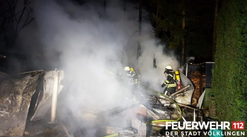 Brand eines Gartenhauses (Foto: Feuerwehr)