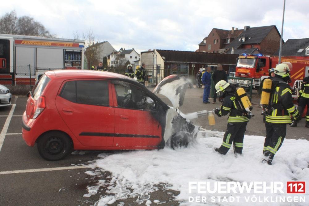 Die Feuerwehr wurde wegen eines brennenden PKWs alarmiert. Bei Eintreffen der Einsatzkräfte brannte der PKW im Motorraum. Ein Trupp unter Atemschutz löschte den Brand mittels Druckschlauch S ab. Anschließend wurde die Einsatzstelle an die Polizei übergeben.
