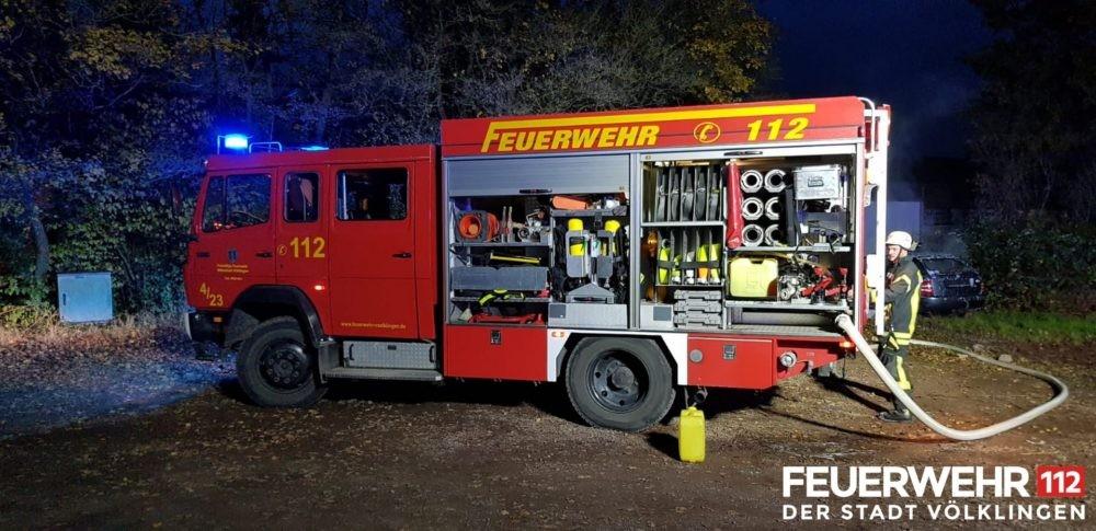 Die Feuerwehr wurde wegen eines brennenden PKW alarmiert. Bei Ankunft brannte es im Innen- sowie im Motorraum. Ein Trupp unter schwerem Atemschutz begann mittels Schaumrohr mit der Brandbekämpfung. Um an den Brand im Motorraum zu gelangen, musste der Trupp die Befestigungen der Motorhaube mit einem Akku- Winkelschleifer abtrennen. Nachdem das Fahrzeug abgelöscht worden war, wurde die Einsatzstelle an die Polizei übergeben. (Foto: Feuerwehr Völklingen)
