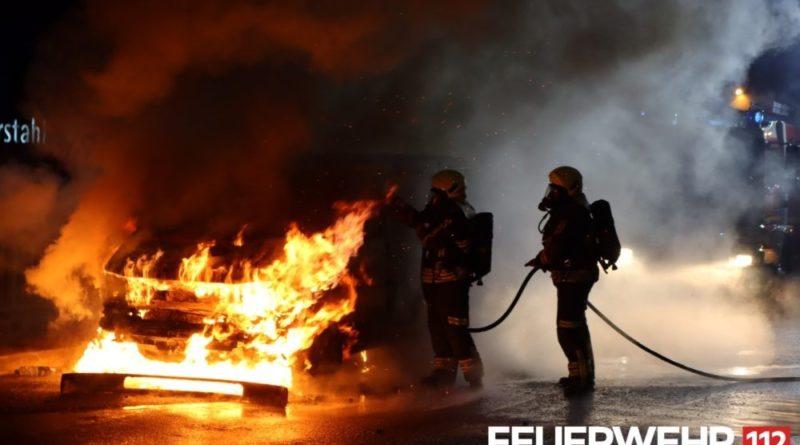 Die Feuerwehr wurde wegen eines PKW Brandes in der Bismarckstraße alarmiert. Bei Ankunft der Feuerwehr stand der PKW bereits in Vollbrand. Ein Fahrzeug der Werkfeuerwehr Saarstahl, die sich in unmittelbarer Nähe befindet, hatte bereits mit den Löscharbeiten begonnen. Insgesamt waren 2 Trupps unter schwerem Atemschutz mit jeweils einem Druckschlauch S bei der Brandbekämpfung. Um ein Wiederaufflammen des Feuers zu verhindern wurde das Fahrzeug anschließend mit Schaum geflutet. Während der Löschmaßnahmen musste die Brücke über die B51 voll gesperrt werden. Nach Abtransport des Fahrzeuges durch einen Abschleppunternehmer wurde die betroffene Straßenseite wegen Schäden an der Fahrbahndecke gesperrt. (Foto und Bildunterschrift: Feuerwehr Völklingen)