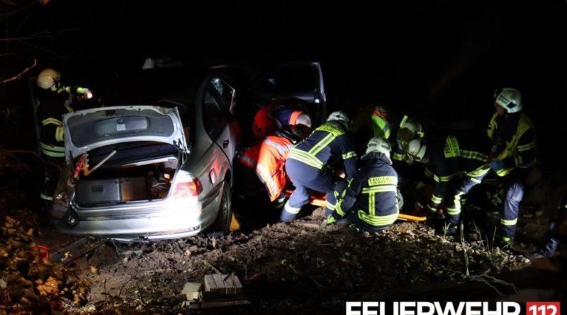 Der Feuerwehr wurde ein Verkehrsunfall mit eingeklemmter Person gemeldet. Bei Eintreffen an der Einsatzstelle stellte es sich heraus, dass ein PKW von der L136 abgekommen und etwa 10 Meter in die Tiefe gestürzt war. Im Fahrzeug welches in der Böschung der Kollerbach zum Stillstand kam, wurde eine Person eingeschlossen. In Zusammenarbeit mit dem Rettungsdienst konnte der Fahrer aus dem Fahrzeug befreit, mittels Schleifkorbtrage gerettet und an den Rettungsdienst zur weiteren Behandlung übergeben werden. Des Weiteren wurde durch die Feuerwehr Püttlingen mittels Drehleiter die Einsatzstelle ausgeleuchtet und eine Ölsperre in der Köllerbach ausgelegt um auslaufende Betriebsstoffe aufzufangen. Abschließend stellte die Feuerwehr den Brandschutz sicher, bis die Bergung des PKW durch ein Abschleppunternehmen abgeschlossen war. (c) FF VK Abteilung PÖA - W. Schmidt