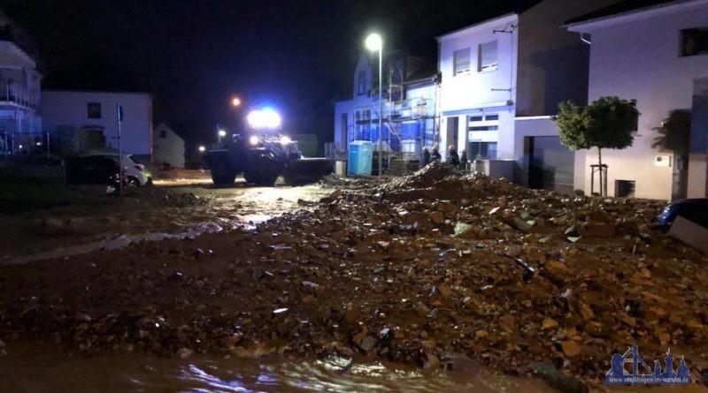 Seit den Nachtstunden befindet sich unsere Fachgruppe Räumen im Einsatz. Nach einem schweren Unwetter im Bereich Kleinblittersdorf sind mehrer Straßenzüge verwüstet. (Foto: THW)
