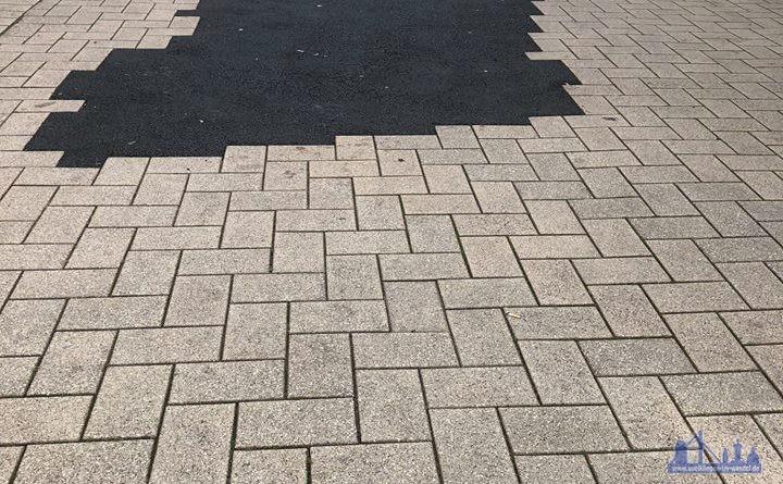 Schwarze Flecken ersetzen den erst knapp 5 Jahre alten Verbundstein (Leserfoto)